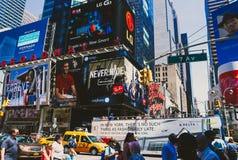 Detalhe de 7a avenida ocupada em Manhattan, NYC em um verão ensolarado a Dinamarca Fotografia de Stock Royalty Free