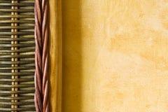 Detalhe de bambu de encontro à parede amarela Fotografia de Stock