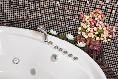 Detalhe de banheiro com mosaico e Jacuzzi Imagens de Stock