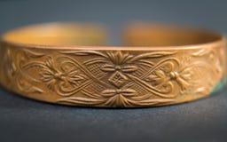 Detalhe de bracelete velho da mão do vintage no fundo escuro Judeu da mão imagens de stock