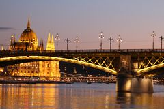 Detalhe de Budapest Margit Bridge no fundo do parlamento imagens de stock royalty free