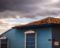 Detalhe de casa azul com nuvens Fotografia de Stock