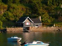 Detalhe de casa de madeira ao lado da ancoragem de barcos de Kanala imagem de stock