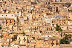 Detalhe de casas bonitas em pitadas da cidade, Sicília Foto de Stock Royalty Free