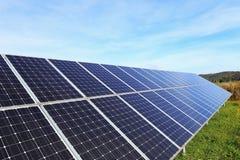 Detalhe de central elétrica de energias solares no prado do outono Foto de Stock Royalty Free