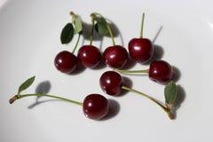 Detalhe de cerejas suculentas frescas, orgânicas maduras isoladas no fundo branco Foto de Stock