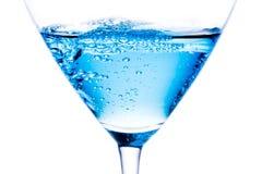 Detalhe de cocktail azul com bolhas imagens de stock