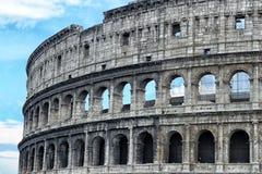 Detalhe de Colosseum em Roma, Itália, fim acima da foto com céu azul Fotografia de Stock