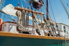Detalhe de cordas e equipamento de um navio alto imagens de stock