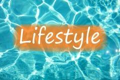 Detalhe de ` do estilo de vida do ` da palavra na água e no sol da piscina que refletem na superfície imagens de stock royalty free