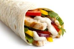 Detalhe de envoltório grelhado da tortilha da galinha e da salada com sau branco imagens de stock