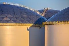 Detalhe de escadas nos tanques de armazenamento grandes do óleo Imagem de Stock