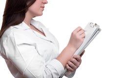 Detalhe de escrita fêmea do doutor na prancheta fotos de stock