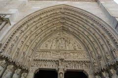 Detalhe de esculturas na entrada da direita da catedral de Notre Dame, Paris Fotos de Stock