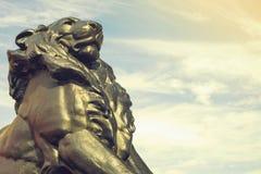 Detalhe de estátua de um leão do rei, que pertença ao monumento de Christopher Columbus em Barcelona, Espanha imagens de stock