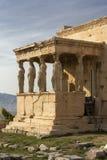 Detalhe de estátuas das cariátides no Partenon no monte da acrópole, Atenas, Grécia Figuras do patamar da cariátide do Erechtheio imagens de stock