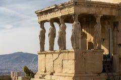 Detalhe de estátuas das cariátides no Partenon no monte da acrópole, Atenas, Grécia Figuras do patamar da cariátide do Erechtheio imagem de stock royalty free