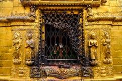 Detalhe de estátuas douradas no templo budista e hindu, Kathmandu Imagem de Stock