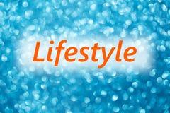 Detalhe de estilo de vida da palavra em um fundo azul borrado brilhante Fotos de Stock Royalty Free