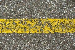 Detalhe de estrada asfaltada com linha amarela Imagem de Stock Royalty Free