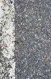 Detalhe de estrada asfaltada com linha branca Fotos de Stock Royalty Free