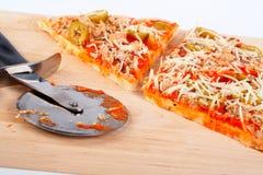 Detalhe de fatias pizza e cortador italianos Imagem de Stock Royalty Free