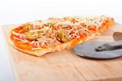 Detalhe de fatias pizza e cortador italianos fotos de stock