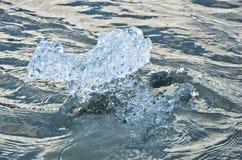 Detalhe de gelo que derrete na lagoa da geleira de Jokulsarlon no por do sol imagens de stock