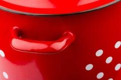 Detalhe de grande potenciômetro de cozimento vermelho rústico imagens de stock