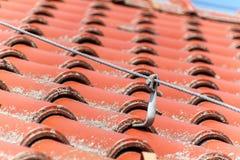 Detalhe de haste de rel?mpago no telhado de uma casa Componentes da prote??o de rel?mpago fotos de stock