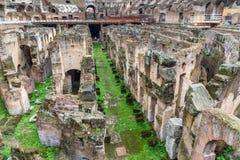 Detalhe de hypogeum Interior de Colosseum ou de Flavian Amphitheatre em Roma Italy fotos de stock