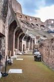 Detalhe de interior de Colosseum ou de Flavian Amphitheatre em Roma Italy imagens de stock