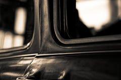 Detalhe de janela de carro retro e de parte do corpo, foco seletivo imagens de stock