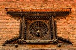 Detalhe de janela cinzelada do pavão em Bhaktapur, Nepal Foto de Stock Royalty Free