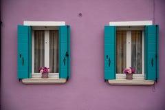 Detalhe de janelas e de porta pintada colorida, ilha de Burano, Veneza, Vêneto, Itália, Europa imagem de stock