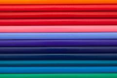Detalhe de lápis colorido do arco-íris na mesa Foto de Stock Royalty Free