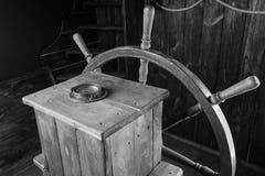 Detalhe de leme de madeira do navio com roda e compasso Imagem de Stock Royalty Free