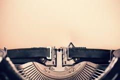 Detalhe de máquina de escrever do vintage com papel vazio Imagens de Stock Royalty Free