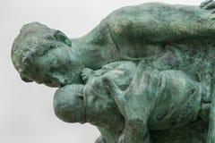 Detalhe de mãe e de crianças que escondem da estátua da tempestade fotografia de stock royalty free