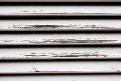 Detalhe de madeira do obturador com verniz branco danificado Fotografia de Stock