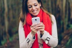 Detalhe de mulher que texting no smartphone Fotografia de Stock
