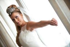 Detalhe de noiva que prende o véu Fotografia de Stock Royalty Free