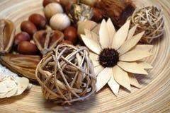 Detalhe de objetos de madeira decorativos em uma placa de madeira Fotografia de Stock Royalty Free