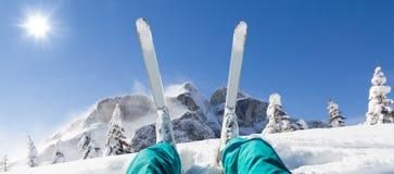 Detalhe de pés alpinos do esquiador, olhando o panorama do vale Fotografia de Stock Royalty Free