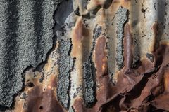Detalhe de papel de alcatrão velho do anúncio oxidado da parede do metal Imagens de Stock Royalty Free