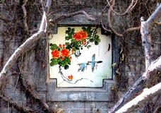 Detalhe de parede chinesa velha com pintura das flores e dos pássaros Fotografia de Stock Royalty Free