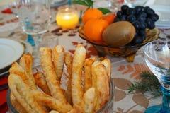 Detalhe de pastelarias-salées salgadas em uma bacia, em um Natal/em uma tabela festiva ano novo do ` s na luz da vela Fotografia de Stock Royalty Free