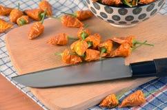 Detalhe de pimentas secadas na cozinha na tabela Imagens de Stock