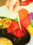 Detalhe de pintura da mão da criança com aquarela Foto de Stock Royalty Free