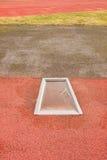 Detalhe de placa da decolagem no atletismo para o salto alto do salto com vara Estação do inverno imagens de stock